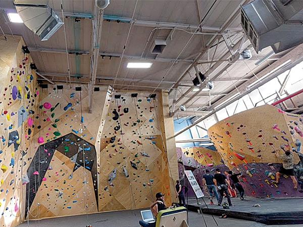 Climbing Room at Brooklyn Boulders Gowanus